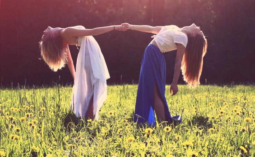 Zwei Frauen auf Wiese zum Himmel schauend